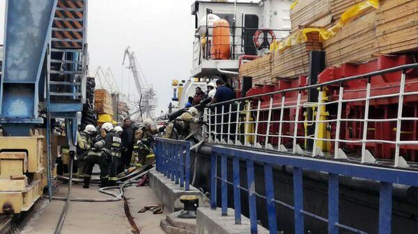Сотрудники МЧС РФ во время ликвидации пожара на иранском сухогрузе в порту Астрахани
