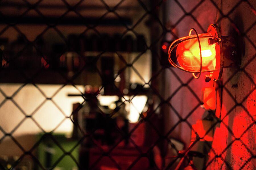 Лампы аварийного освещения в помещениях противоатомного убежища С-2 в Севастополе