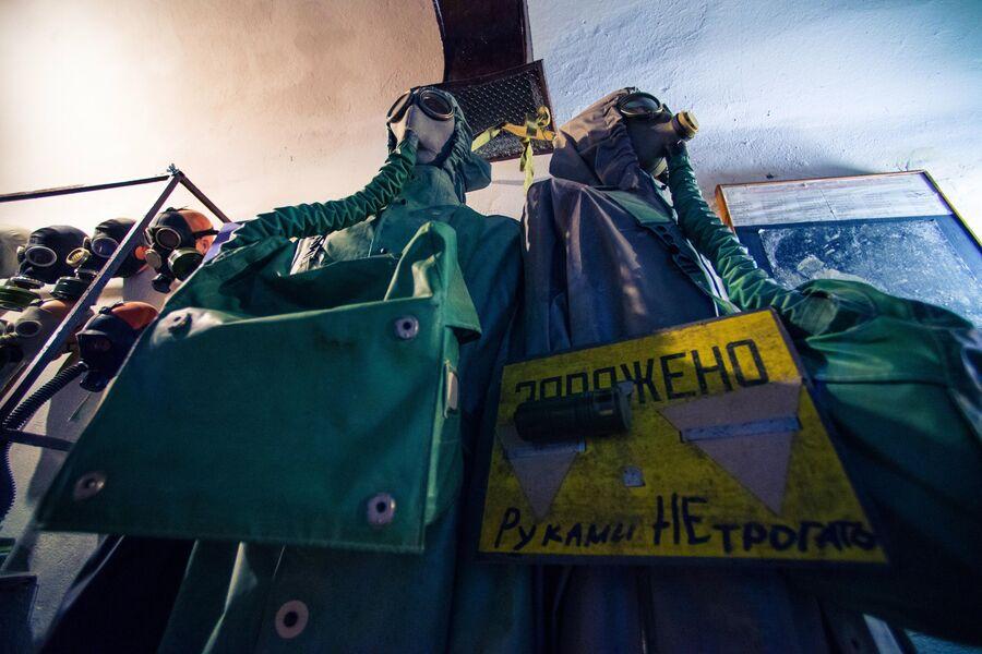 Образцы защитной экипировки в музее противоатомного убежища С-2, Севастополь
