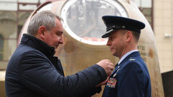 Космонавт Роскосмоса Алексей Овчинин, генеральный директор Роскосмоса Дмитрий Рогозин и астронавт NASA Ник Хейг. 2 декабря 2019
