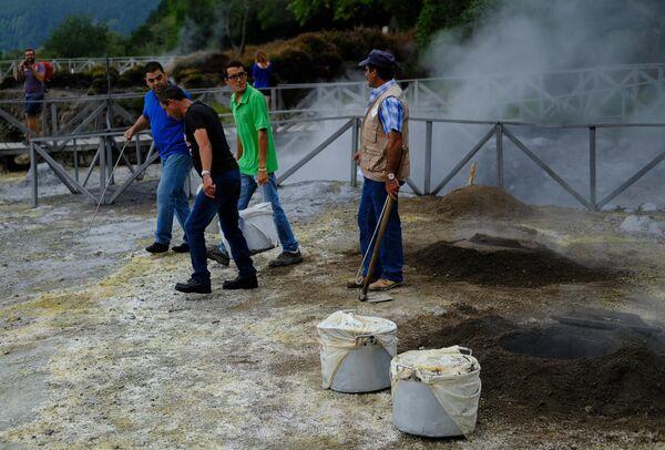 Кратеры гейзеров на озере в парке Рибейра-душ-Калдейраш на острове Сан-Мигель