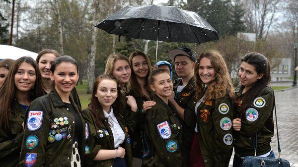 Участники акции Георгиевская ленточка, посвященной годовщине Победы в Великой Отечественной войне