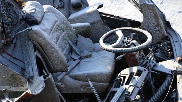 Водительское кресло в пассажирском автобусе, упавшем с моста в Забайкальском крае
