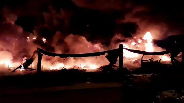 Пожар в ангаре в Санкт-Петербурге. Стоп-кадр с видео, предоставленного МЧС