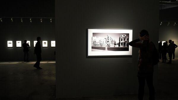 Посетители выставки работ фотографа Арсена Ревазова Невидимый свет в Третьяковской галерее