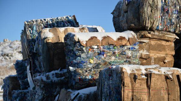 Прессованные пластиковые бутылки на участке обработки и размещения отходов