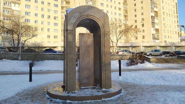 Мемориал жертвам пожара в Хромой лошади установлен в сквере напротив дома, где находился клуб