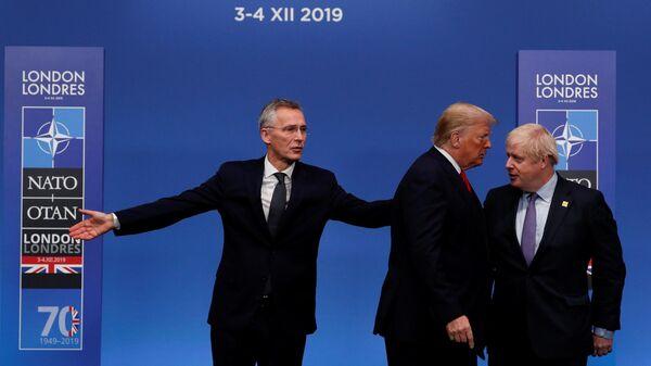 Генеральный секретарь НАТО Йенс Столтенберг и премьер-министр Великобритании Борис Джонсон приветствуют президента США Дональда Трампа по прибытии на саммит НАТО. 4 декабря 2019