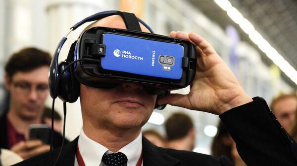 Первый заместитель руководителя администрации президента РФ Сергей Кириенко тестирует VR-очки РИА.Lab на форуме Добровольцы России в Сочи