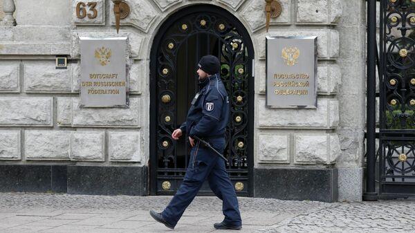 Полицейский у здания посольства Российской Федерации в Берлине