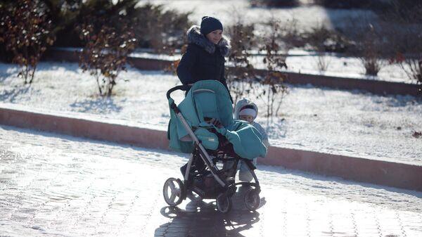 Женщина на прогулке с ребенком