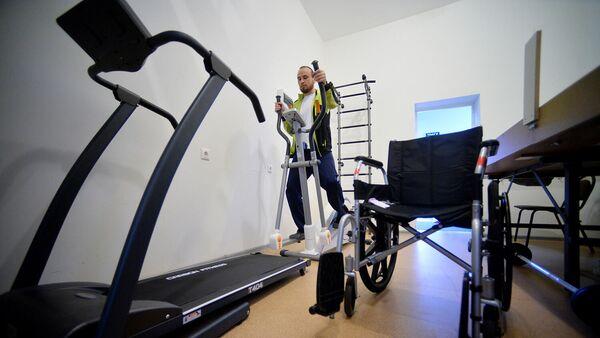 Мужчина в тренажерном зале на курсе реабилитации