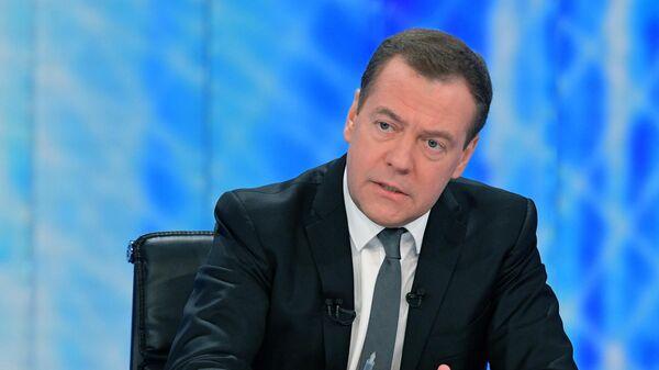 Председатель правительства РФ Дмитрий Медведев во время интервью журналистам российских телеканалов
