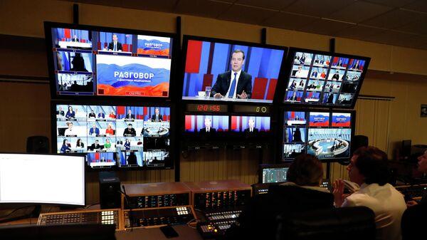 Трансляция интервью председателя правительства РФ Дмитрия Медведева российским телеканалам