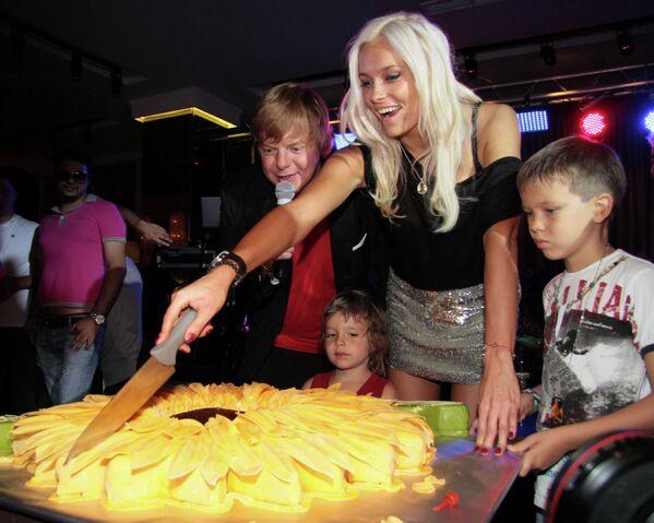 Солист группы Иванушки International Андрей Григорьев-Апполонов с супругой Мариной и детьми на вечеринке, посвященной дню рождения певца