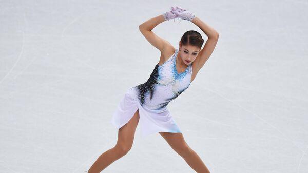 Алёна Косторная выступает в короткой программе женского одиночного катания в финале Гран-при