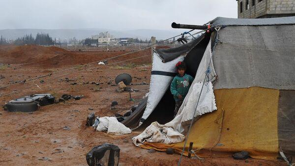 Девочка в палаточном городке в Сирии