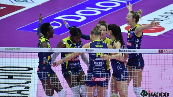 Игроки итальянского женского волейбольного клуба Имоко Воллей