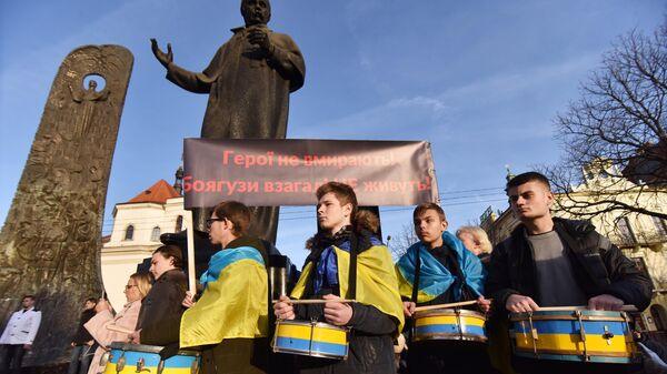 Участники акции Нет капитуляции! возле памятника Тарасу Шевченко во Львове