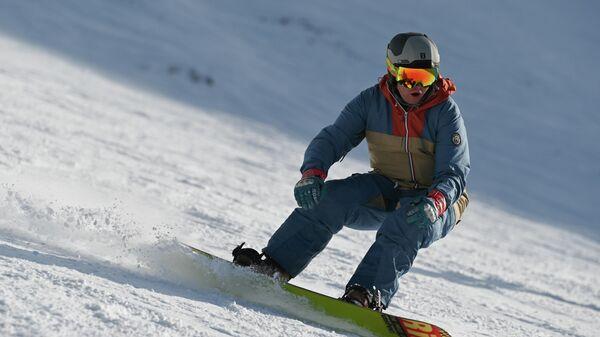 Отдыхающий катается на горнолыжном склоне во время открытия сезона на горном курорте Горки Город на территории Красной Поляны