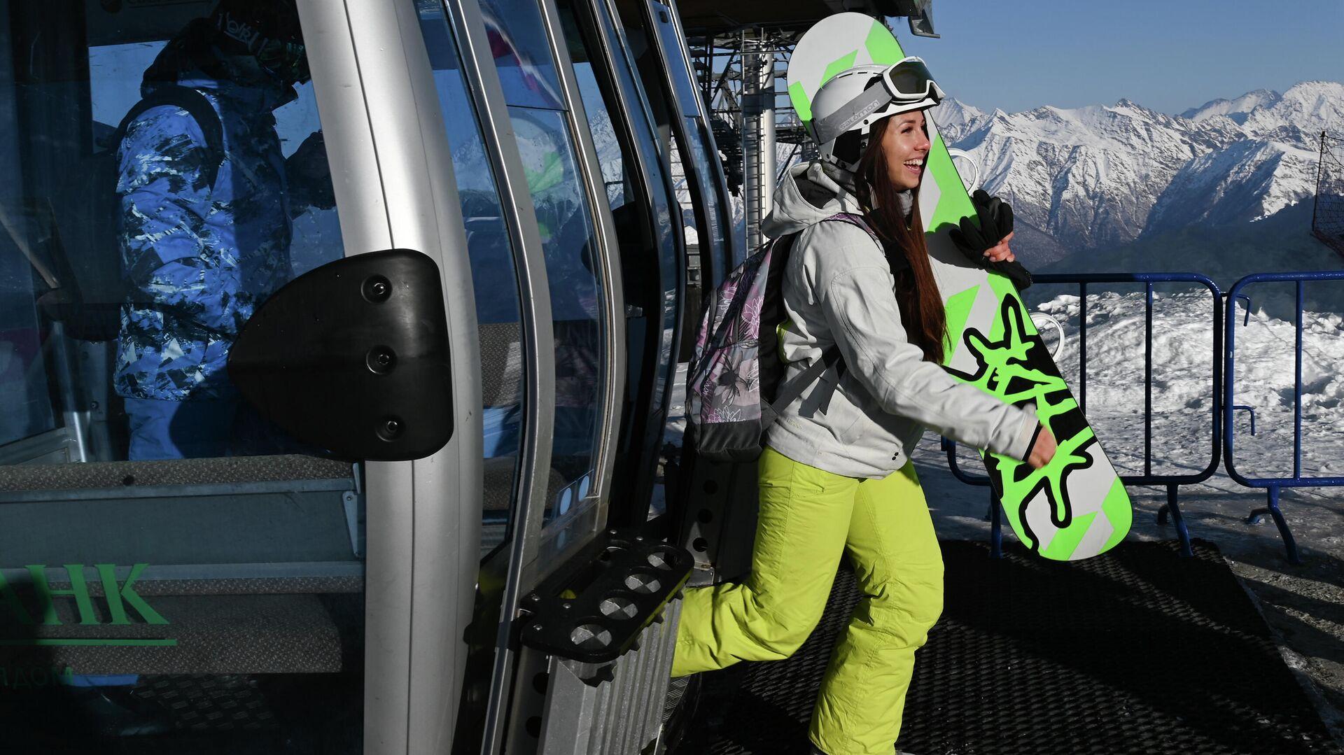 Отдыхающие выходят из кабинки канатной дороги на горнолыжном склоне во время открытия сезона на горном курорте Горки Город на территории Красной Поляны - РИА Новости, 1920, 20.11.2020