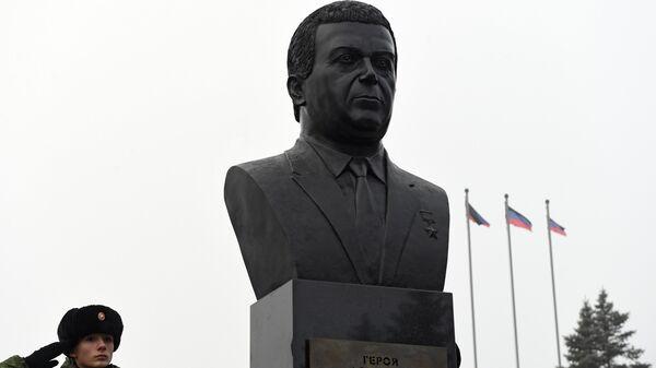 Церемония открытия памятника народному артисту СССР Иосифу Кобзону на Аллее Героев в Донецке