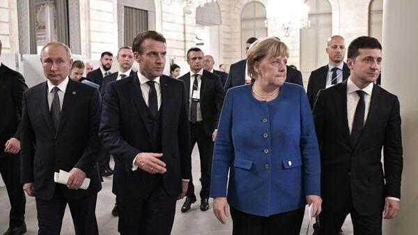 Президент РФ Владимир Путин, президент Франции Эммануэль Макрон, федеральный канцлер Германии Ангела Меркель и президент Украины Владимир Зеленский во время встречи в Париже