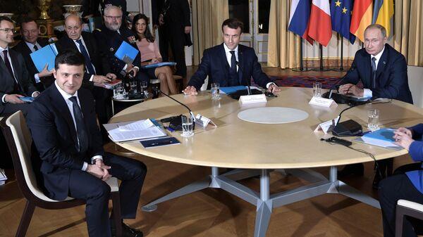Президент РФ Владимир Путин, президент Франции Эммануэль Макрон и президент Украины Владимир Зеленский во время встречи в Нормандском формате в Елисейском дворце