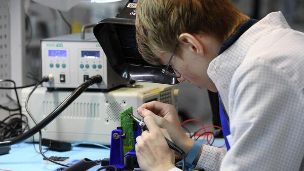 Участник финала чемпионата Молодые профессионалы (WorldSkills Russia) во время соревнований в компетенции Электроника