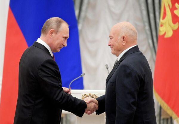 Президент РФ Владимир Путин и бывший мэр Москвы Юрий Лужков на церемонии вручения государственных наград за выдающиеся достижения в Екатерининском зале Кремля