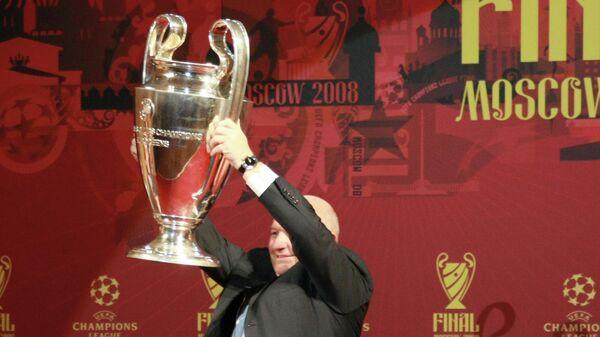 Мэр Москвы Юрий Лужков во время церемонии передачи кубка футбольной Лиги чемпионов в ГУМе в Москве