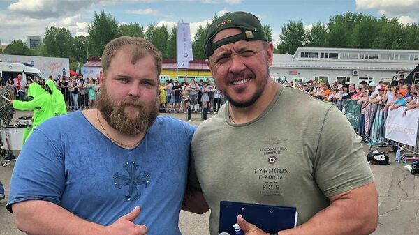 Василий Камоцкий и пауэрлифтер Михаил Кокляев.