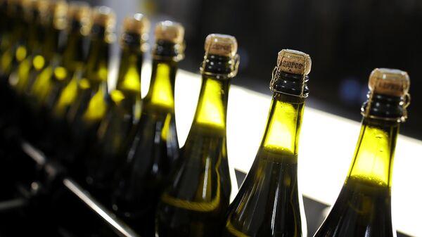Бутылки с шампанским на линии розлива на заводе Русского Винного Дома Абрау-Дюрсо