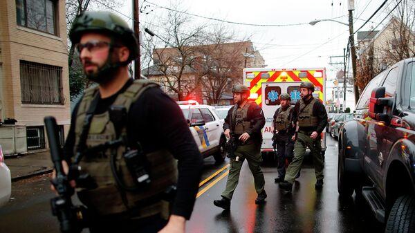 Полицейские на месте перестрелки в Джерси-Сити, штат Нью-Джерси
