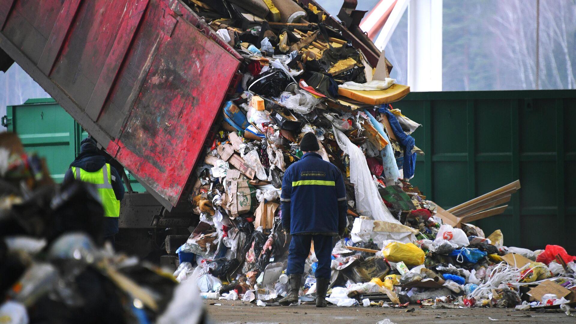 Разгрузка мусоровоза на предприятии по переработке отходов в Подмосковье - РИА Новости, 1920, 03.08.2021