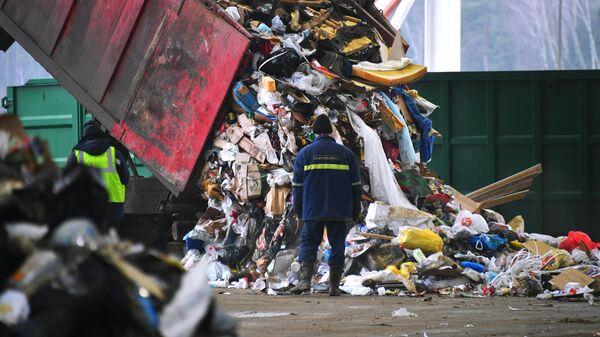Разгрузка мусоровоза на предприятии по переработке отходов в Подмосковье