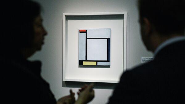 Посетители у картины Композиция с красным, синим, черным, желтым и серым Пита Мондриана