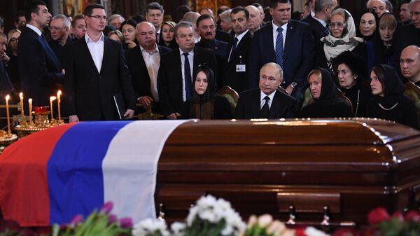 Президент РФ Владимир Путин на церемонии прощания с бывшим мэром Москвы Юрием Лужковым в храме Христа Спасителя