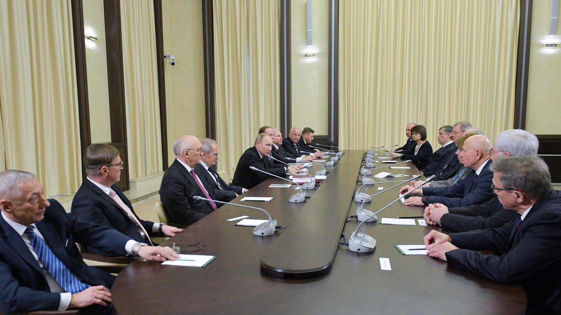 Песков назвал очную встречу Путина с судьями КС маловероятной