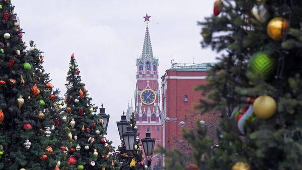 Вид на Спасскую башню Московского Кремля с Манежной площади