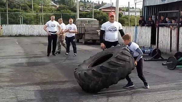 Юный силач из села Шаля поднимает недетский груз