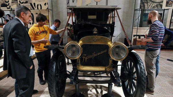 Посетители на выставке Руссо-Балт. Первый. Легендарный