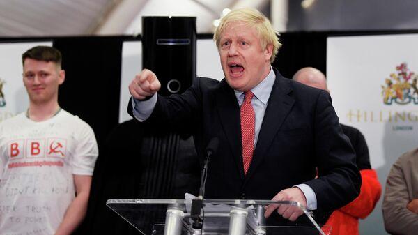 Британский премьер-министр Борис Джонсон произносит речь во время подсчета голосов на всеобщих выборах в Великобритании. 13 декабря 2019