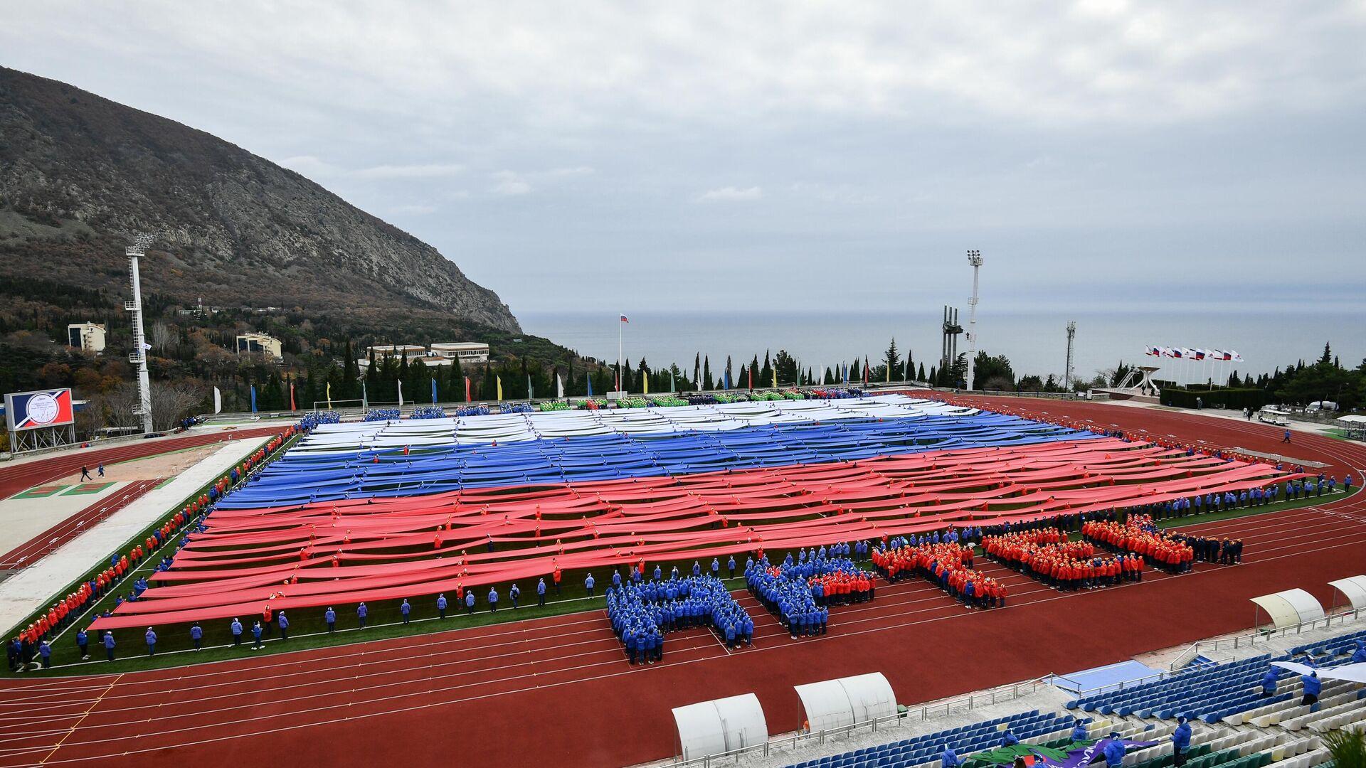 Гигантский флаг РФ в поддержку российских спортсменов в Артеке - РИА Новости, 1920, 26.03.2021