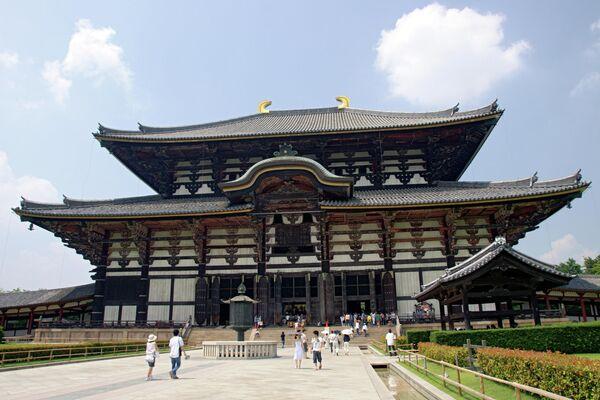 Холл Дайбутсуден храма Тодай-дзи, самого большого в мире деревянного здания. Город Нара, Япония