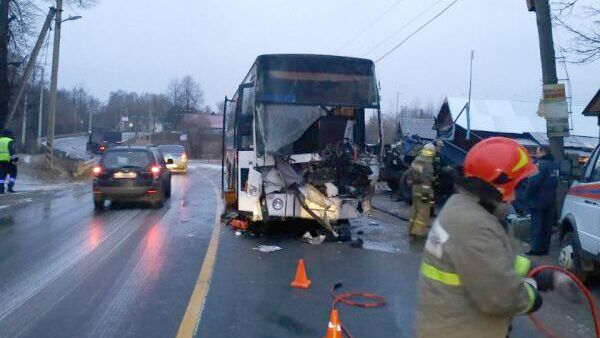 Автобус Scania столкнулся с грузовым автомобилем ГАЗ-53 в Ивановской области