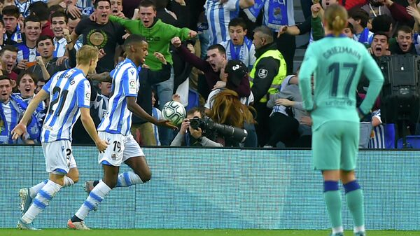 Футболисты клуба Реал Сосьедад радуются забитому мячу