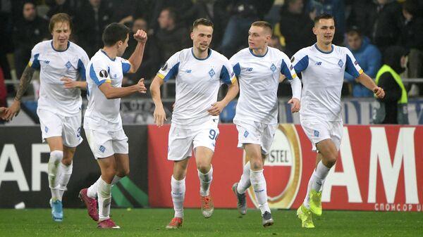 Футболисты киевского Динамо радуются забитому голу