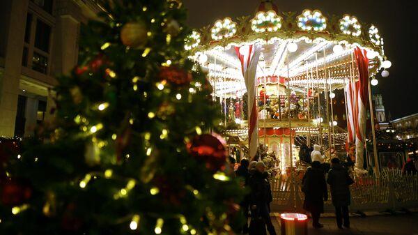 Карусель на фестивале Путешествие в Рождество на Манежной площади в Москве