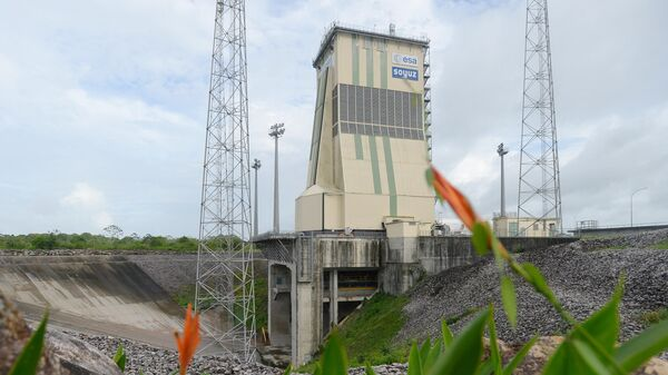 Мобильная башня обслуживания с ракетой-носителем Союз-СТ на стартовом столе космодрома Куру во Французской Гвиане. 16 декабря 2019